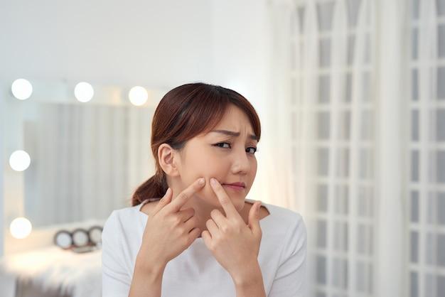 Jeune Femme Asiatique Serrer Son Acné Photo Premium
