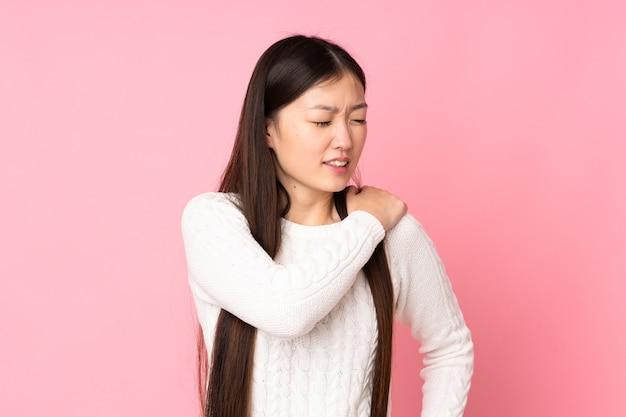 Jeune femme asiatique souffrant de douleurs à l'épaule