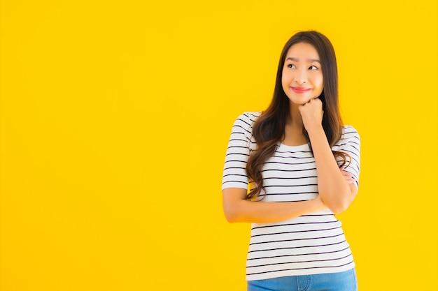 Jeune femme asiatique sourire heureux avec action