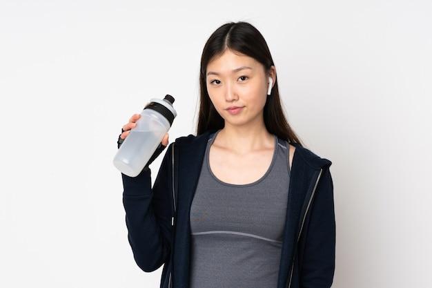 Jeune femme asiatique sport isolée sur blanc avec bouteille d'eau de sport