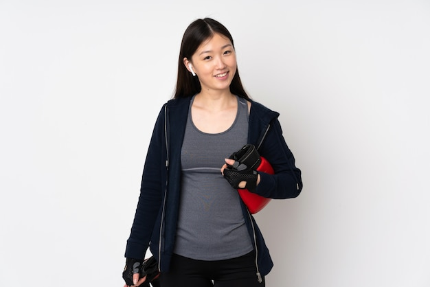 Jeune femme asiatique sport isolée sur blanc avec des gants de boxe