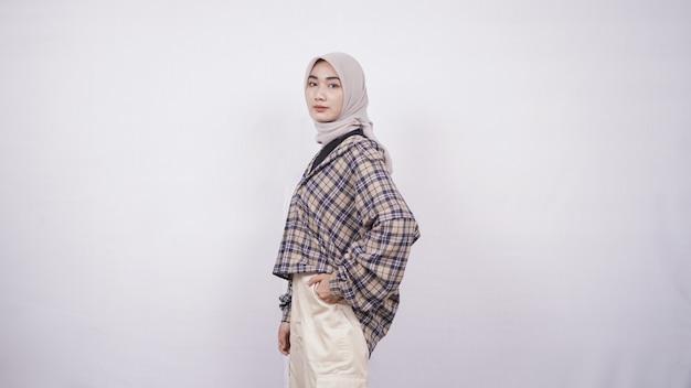 Jeune femme asiatique style décontracté swag expression isolé sur fond blanc