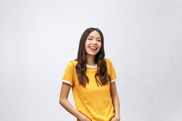 Jeune femme asiatique sympathique avec visage souriant je