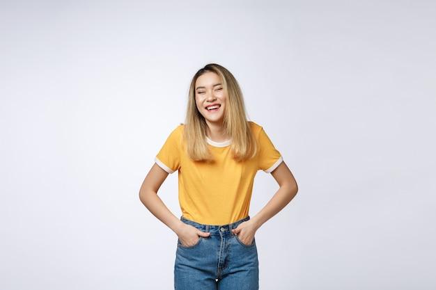 Jeune femme asiatique sympathique avec visage souriant