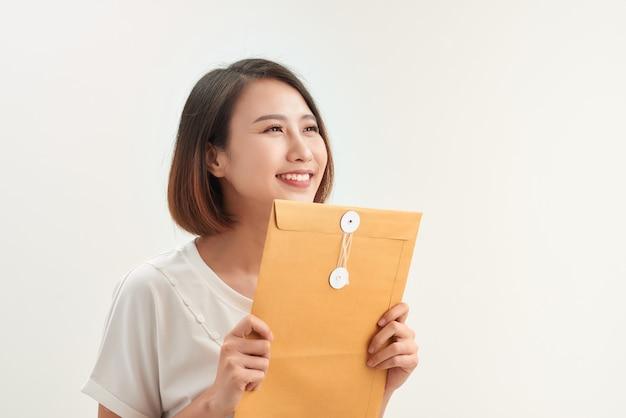 Jeune femme asiatique tenant des enveloppes de documents pour une demande d'emploi