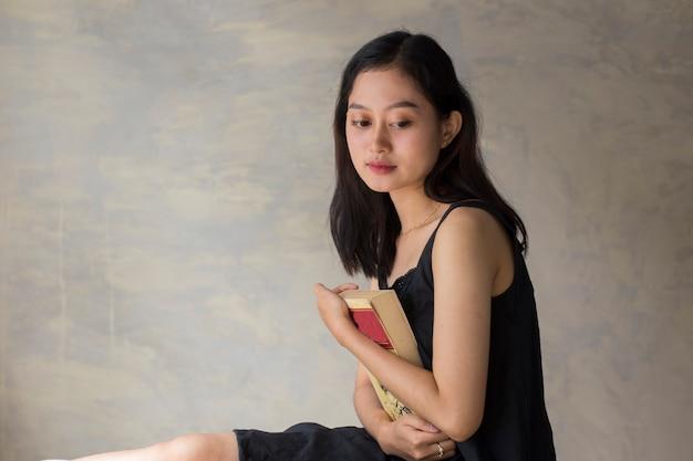 Jeune, femme asiatique, tenue, livre