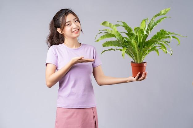 Jeune, femme asiatique, tenue, a, pots, sur, gris