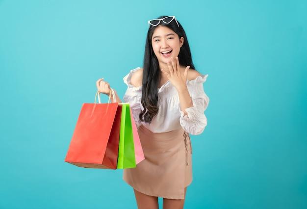 Jeune, femme asiatique, tenue, sacs provisions