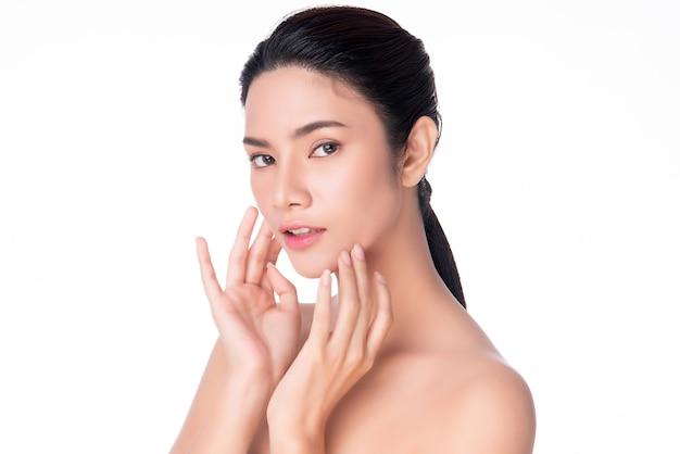 Jeune femme asiatique toucher douce joue et sourire avec une peau propre et fraîche