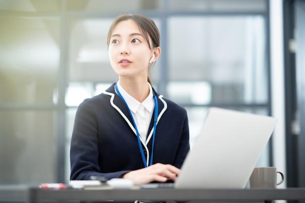 Jeune femme asiatique travaillant au bureau