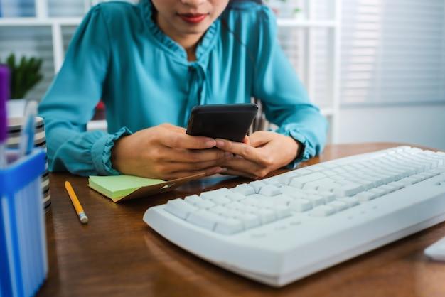 Jeune femme asiatique travaillant à domicile après la pandémie de coronavirus (covid-19) dans le monde.