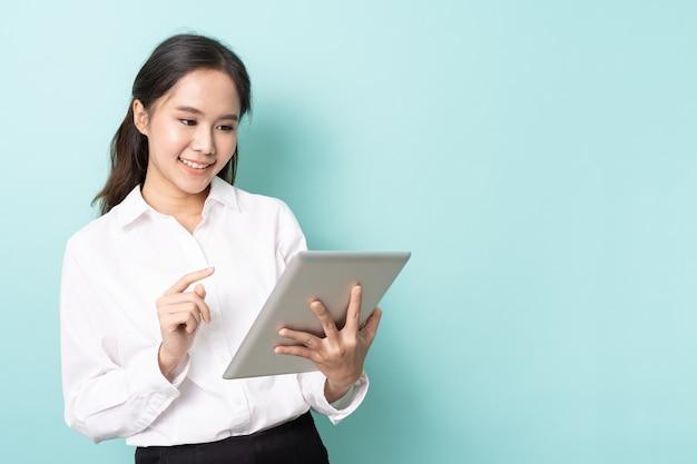Jeune femme asiatique travaillant en ligne sur une tablette