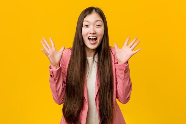 Jeune femme asiatique vêtu d'un costume