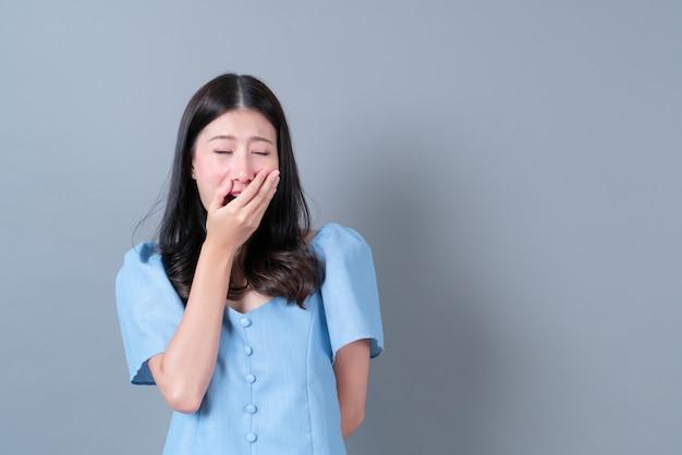 Jeune femme asiatique, à, visage béant, sur, gris