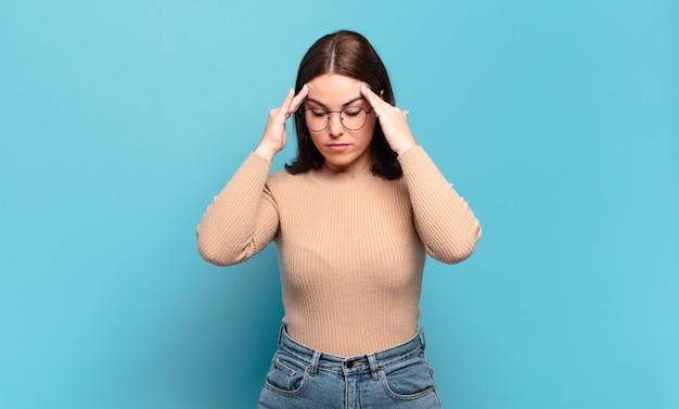 Jeune femme assez décontractée qui a l'air stressée et frustrée