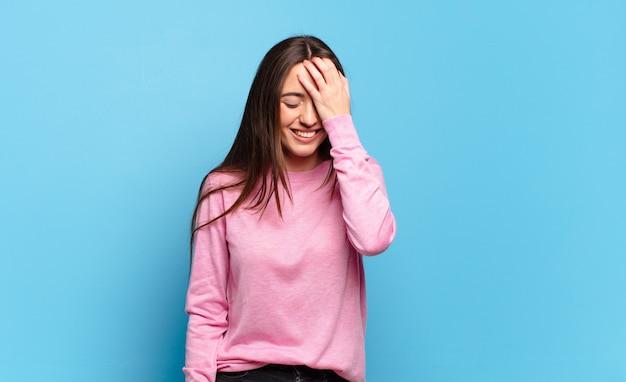 Jeune femme assez décontractée riant et giflant le front, j'ai oublié ou c'était une erreur stupide