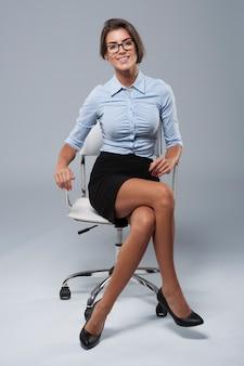 Jeune femme assise sur la chaise