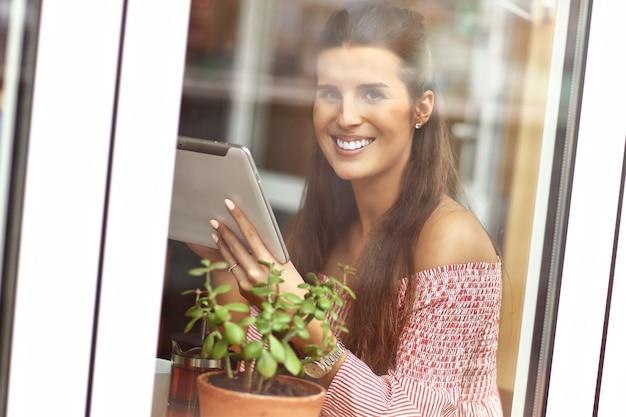 Jeune femme assise dans un café