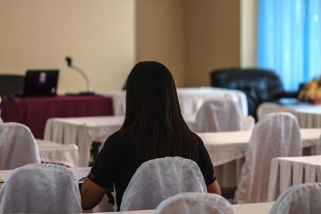 Jeune femme assise dans une salle de conférence