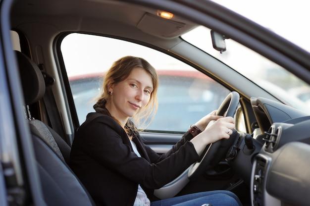 Jeune femme assise dans une voiture