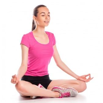 Jeune femme assise en position du lotus