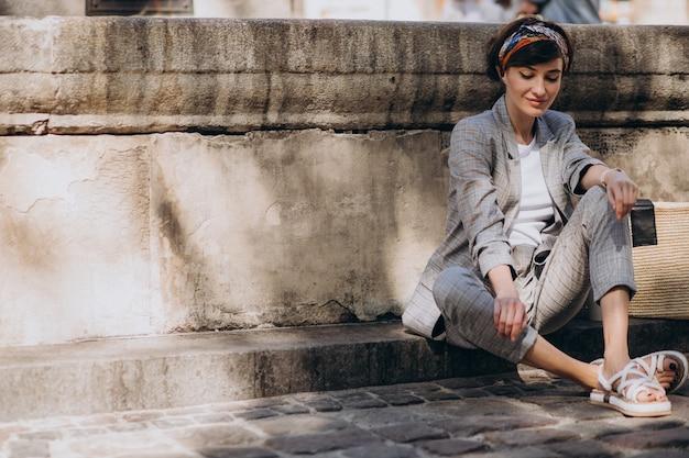 Jeune Femme Assise Près De La Fontaine Photo Premium