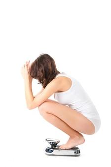 Jeune femme assise sur ses hanches sur une échelle