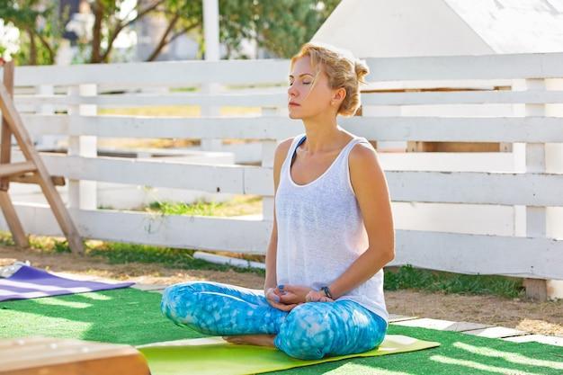 Jeune femme, assister, a, classe yoga, dehors, dans parc