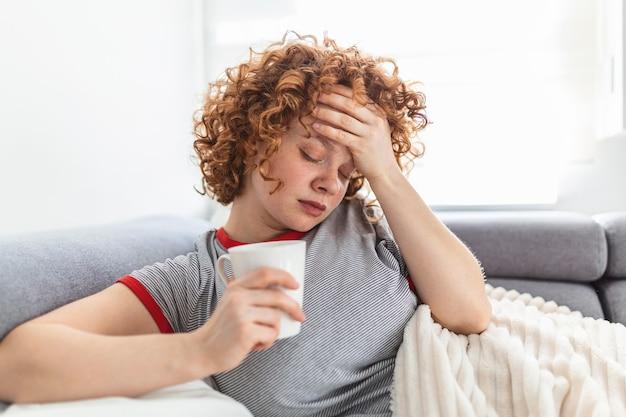 Une jeune femme a attrapé une maladie du rhume ou de la grippe. portrait de fille malsaine peur ou infection virale. rhume et grippe. portrait de femme malade pris froid
