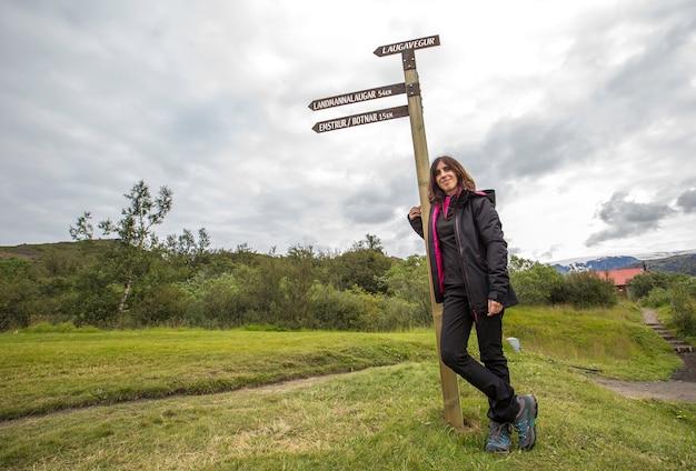 Une jeune femme au 54 km thórsmörk signal de la randonnée de 4 jours à landmannalaugar. islande