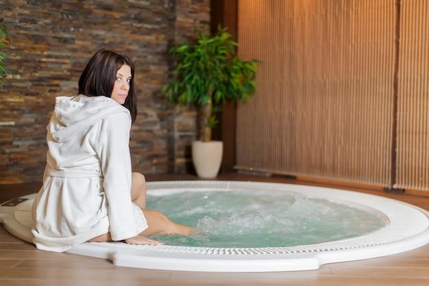 Jeune femme au bain à remous