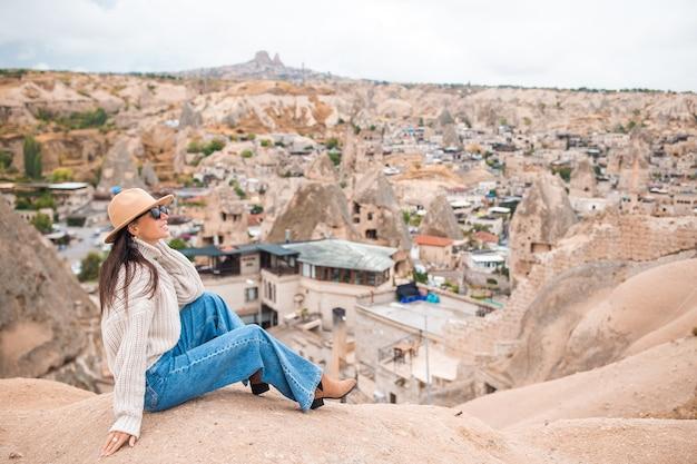 Jeune femme au bord du canyon en cappodocia