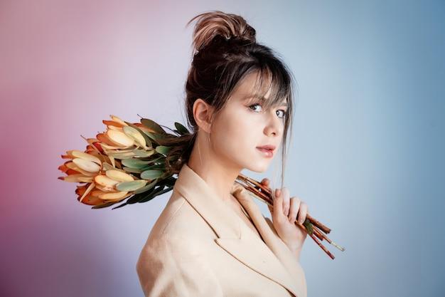 Jeune femme au bouquet de leucadendron