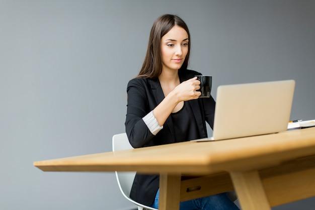 Jeune femme au bureau