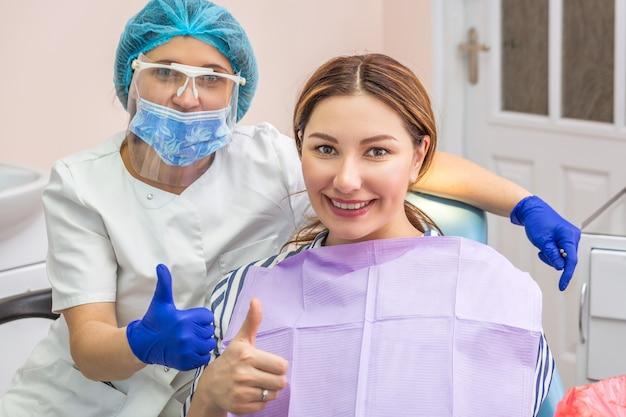 Jeune femme au cabinet dentaire