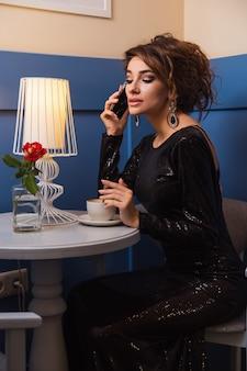 Jeune femme au café