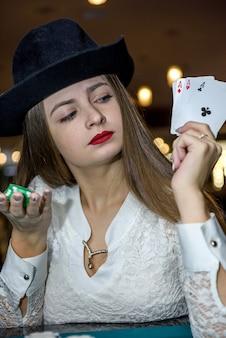 Jeune femme au casino avec quatre as