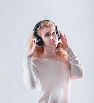 Jeune femme au casque écoutant de la musique