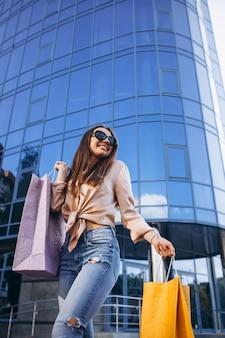 Jeune femme au centre commercial