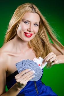 Jeune femme au concept de jeu de casino
