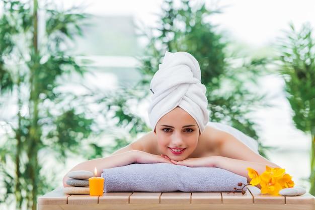 Jeune femme au concept de spa