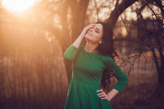 Jeune femme au coucher du soleil