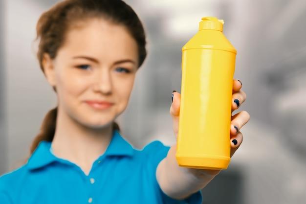Jeune femme au foyer est prête pour le nettoyage