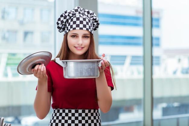 Jeune femme au foyer prépare une soupe en cuisine