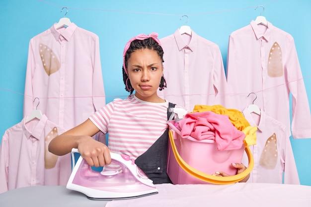 Jeune femme au foyer sérieuse avec une expression de visage insatisfaite