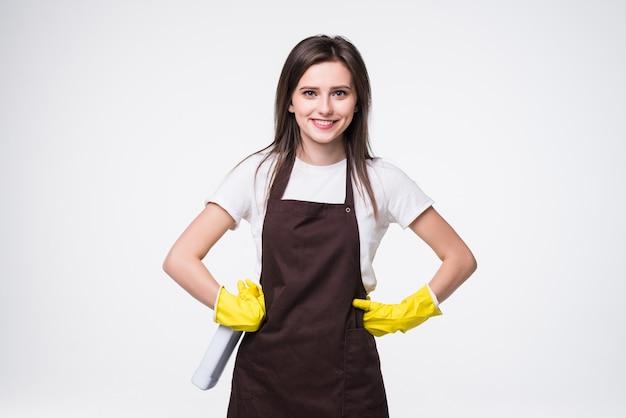 Jeune femme au foyer souriante en tablier, gants jaunes isolés.