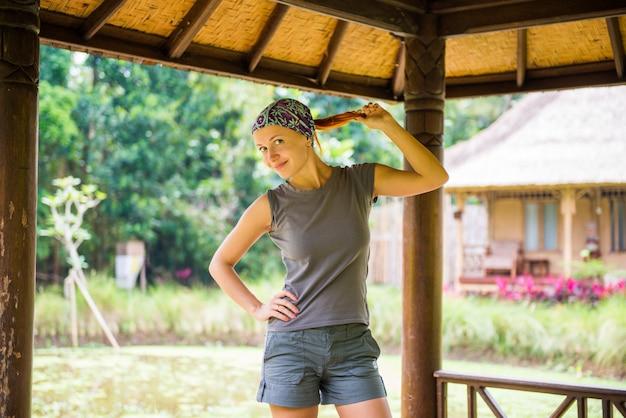 Jeune femme au jardin balinais