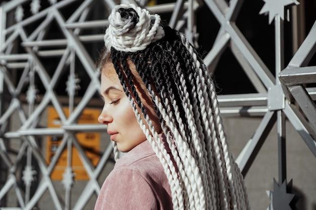 Jeune femme au look futuriste