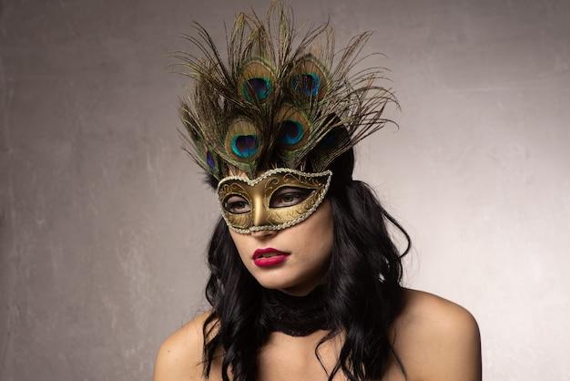 Jeune femme au masque de carnaval vénitien