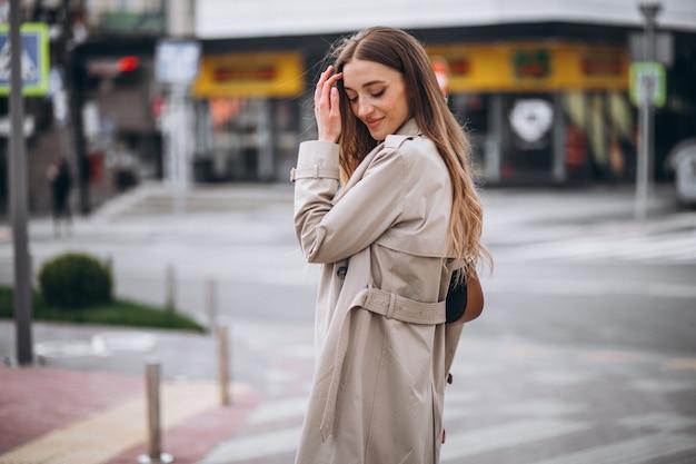 Jeune femme au passage pour piétons dans le centre-ville